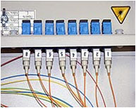 Монтаж проходных соединителей в установочные отверстия на передней панели оптического кросса.